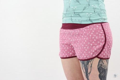 kurze Musselin-Hose pink mit Vögeln, beere melierte Jerseybündchen