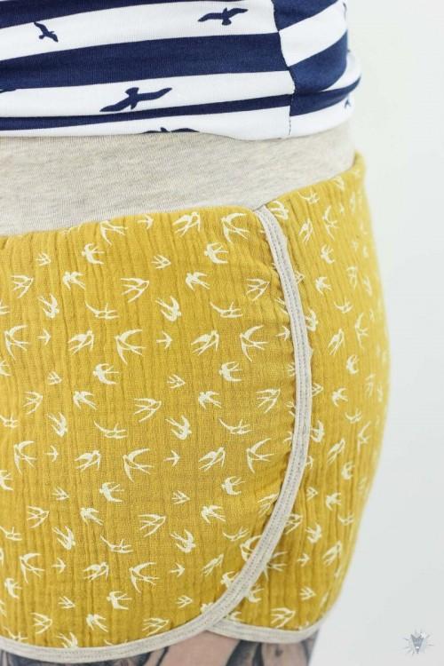 kurze Musselin-Hose gelb mit Vögeln, natur Jerseybündchen