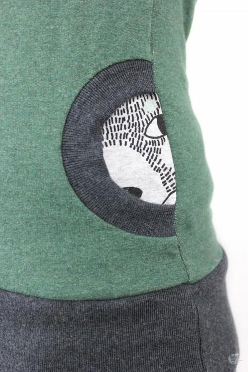 Kapuzenpulli dunkelgrün meliert mit Füchsen und Bären auf grau