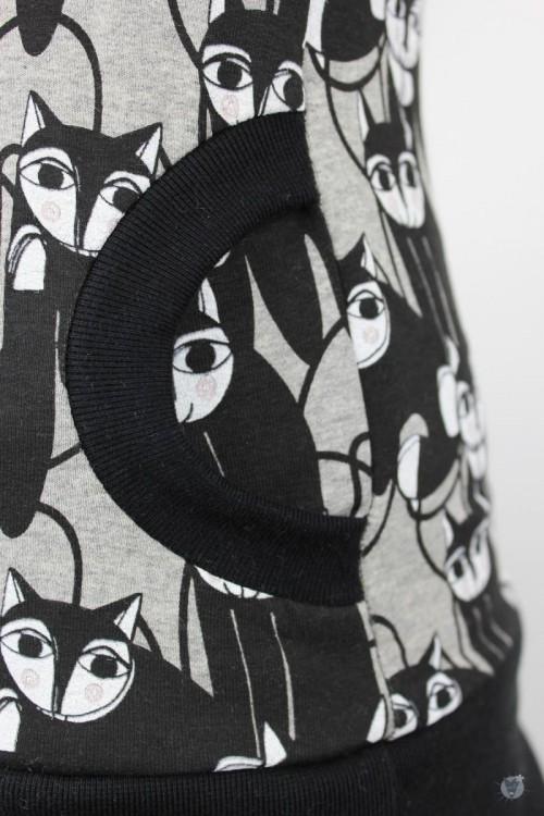 Kapuzenpulli mit schwarzen Katzen