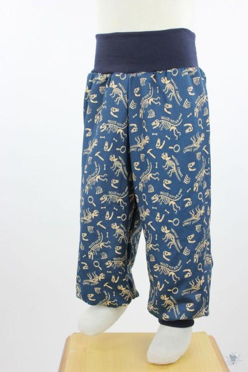 Kinder-Schlafanzug mit Dinoskeletten auf dunkelblau