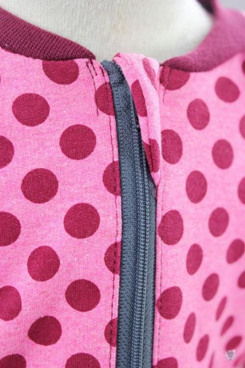 Strampelanzug mit Punkten auf pink