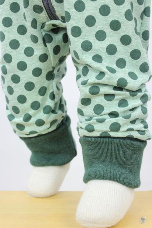 Strampelanzug mit Punkten auf grün