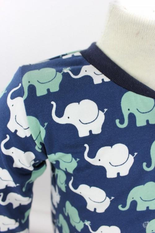 Strampelanzug mit Elefanten auf dunkelblau