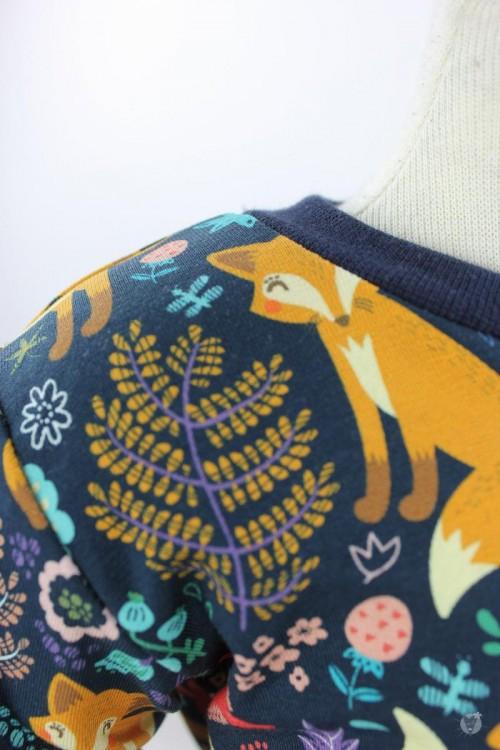 Strampelanzug mit Füchsen und Blumen auf dunkelblau