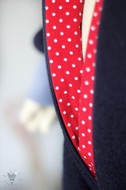 Kinder-Wollanzug marine mit Punkten auf rot, wächst mit