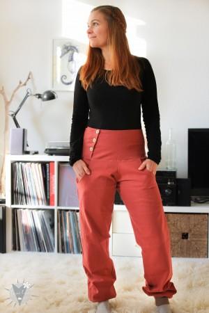 Jeanshose rostrot, mit Holzknöpfen