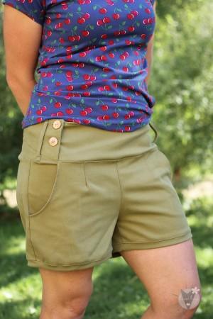 kurze Jeanshose hellgrün, mit Holzknöpfen