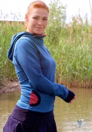 Kapuzenpulli taubenblau mit Punkten auf rot