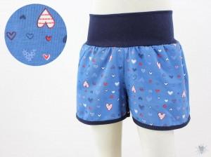 kurze Hose für Kinder mit Herzen auf blau