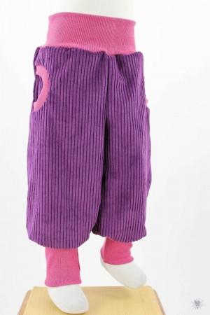 lila Breitcord-Tobehose mit pink melierten Bündchen