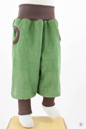grüne Breitcord-Tobehose mit hellbraunen Bündchen