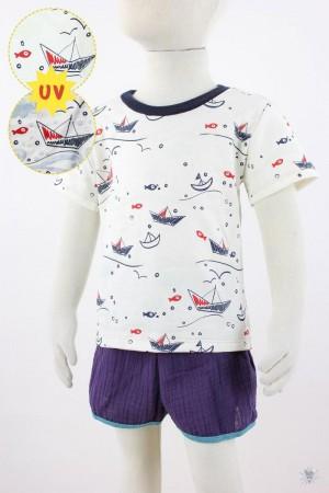 weißes Kinder-T-Shirt UV-Stoff mit Booten und Fischen plus Sonne und Wellen bei Sonnenlicht