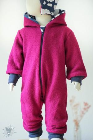 Kinder-Wollanzug pink mit Wolken auf blau, wächst mit
