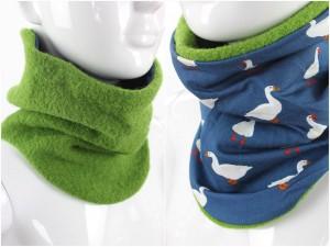 Wollschlupfschal zum Wenden grün mit Gänsen auf blau