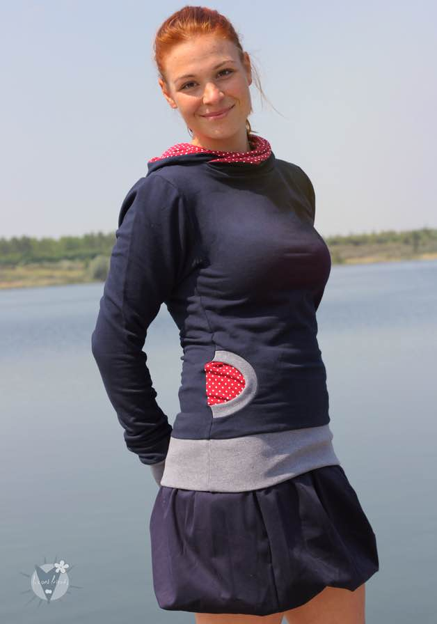 Kapuzenpulli marine mit Punkten auf rot