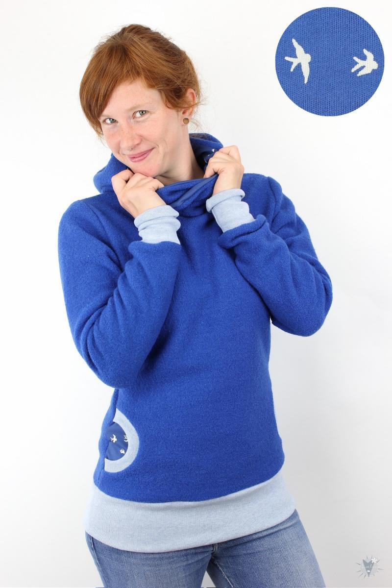 Wollpulli royalblau mit Schwalben auf blau